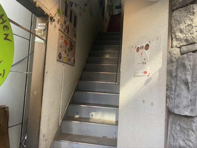 東京・下北沢のフィリピン料理・レストラン かまいキッチン 階段