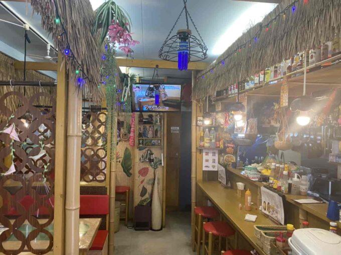 女子会・ママ友ランチなど女性におすすめな東京のおしゃれなフィリピン料理・レストラン 世田谷・千歳船橋アミーズロティサリーチキン 内装2