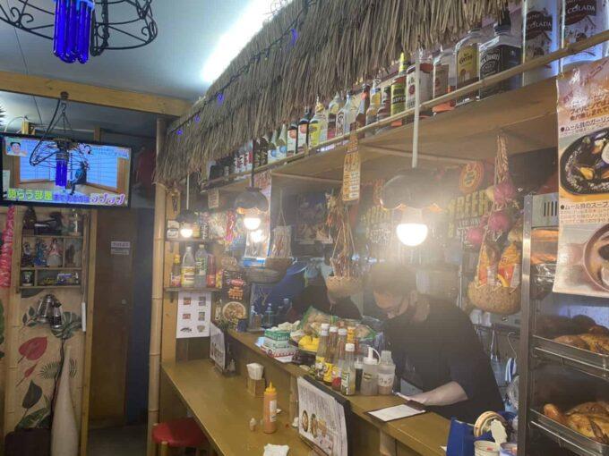 女子会・ママ友ランチなど女性におすすめな東京のおしゃれなフィリピン料理・レストラン アミーズロティサリーチキン 店員さん