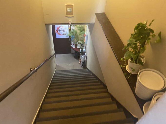 東京・池袋のフィリピン料理・レストラン アテン 階段1